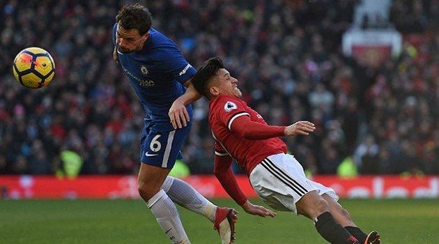 Danny Drinkwater (Chelsea) în duel cu Alexis Sanchez (Manchester United)