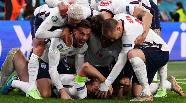 Anglia sărbătorește golul de 2-1 în meciul cu Danemarca din semifinalele EURO 2020