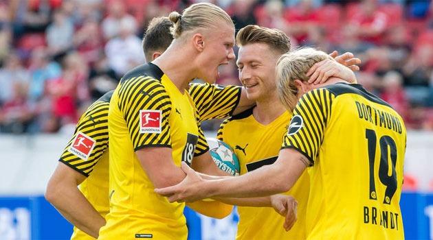 Jucătorii Borussiei Dortmund sărbătoresc un bol în meciul de la Leverkusen, câștigat cu 4-3
