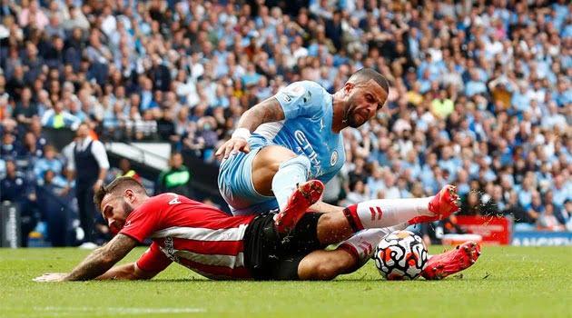 Duelul dintre Walker și Adam Armstrong a produs momentul de controversă în meciul Manchester City - Southampton