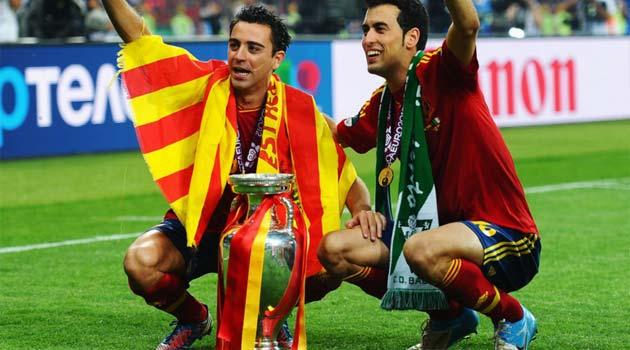Xavi şi Sergio Busquets cu trofeul EURO 2012
